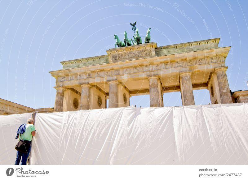Brandenburger Tor (obere Hälfte) Barriere Architektur Berlin Deutschland Hauptstadt langhans Quadriga Viergespann Regierungssitz Spree Spreebogen Säule Zaun
