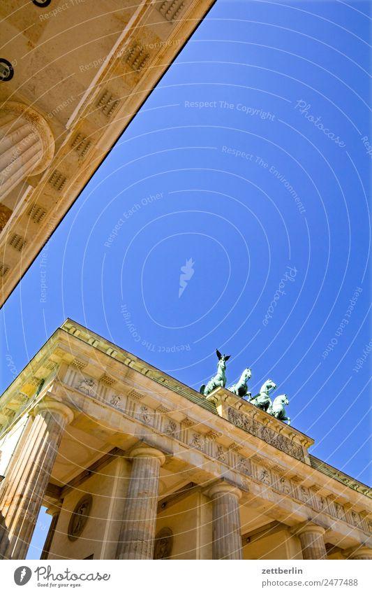 Brandenburger Tor (näher) Quadriga Viergespann Architektur Berlin Deutschland Hauptstadt langhans Regierungssitz Spreebogen Säule Wahrzeichen Pariser Platz