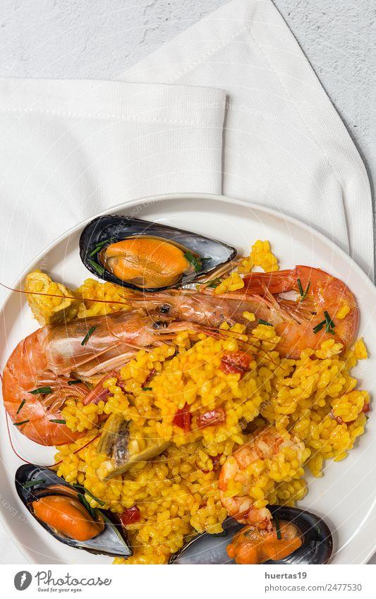 Spanischer Traditioneller Reis in Paella Lebensmittel Fleisch Meeresfrüchte Gemüse Diät Geschirr Teller Gesunde Ernährung authentisch lecker sauer Fisch