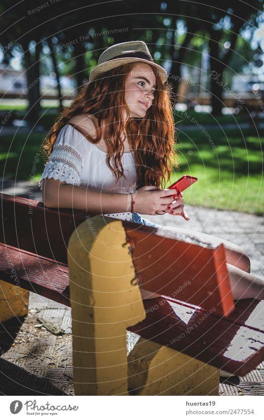 Außenporträt eines jungen, schönen, glücklichen, rothaarigen Mädchens. Lifestyle elegant Stil Glück Handy Mensch feminin Junge Frau Jugendliche Erwachsene