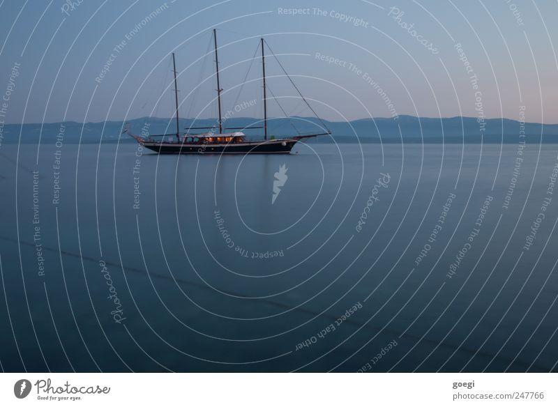 vor Anker Himmel Wasser Sommer Meer ruhig Küste Horizont Insel ästhetisch Hügel Idylle Schifffahrt Schönes Wetter Surrealismus Segelboot stagnierend