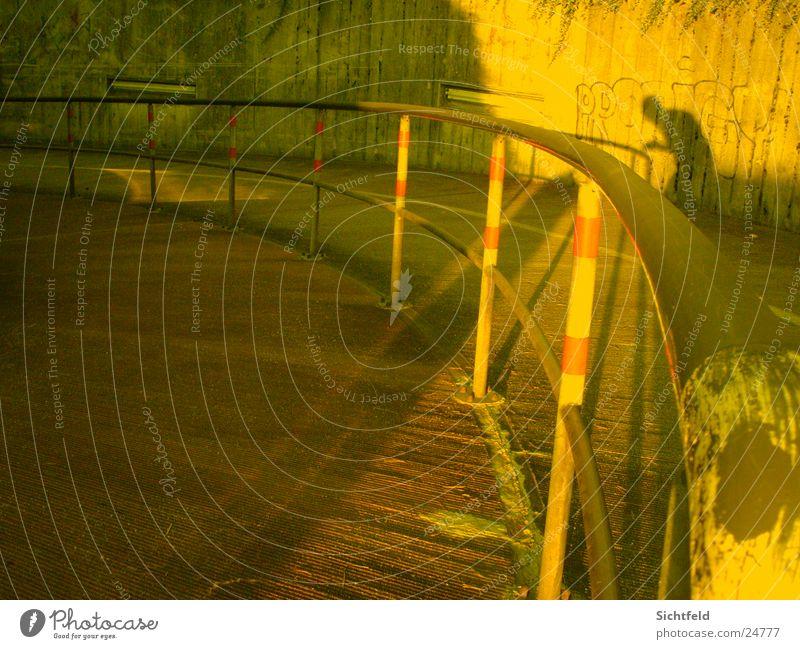 Der Schattenmann Gelbstich Sonnenuntergang Fototechnik Brücke Eisenbahn Geländer Straße Abend Ecke