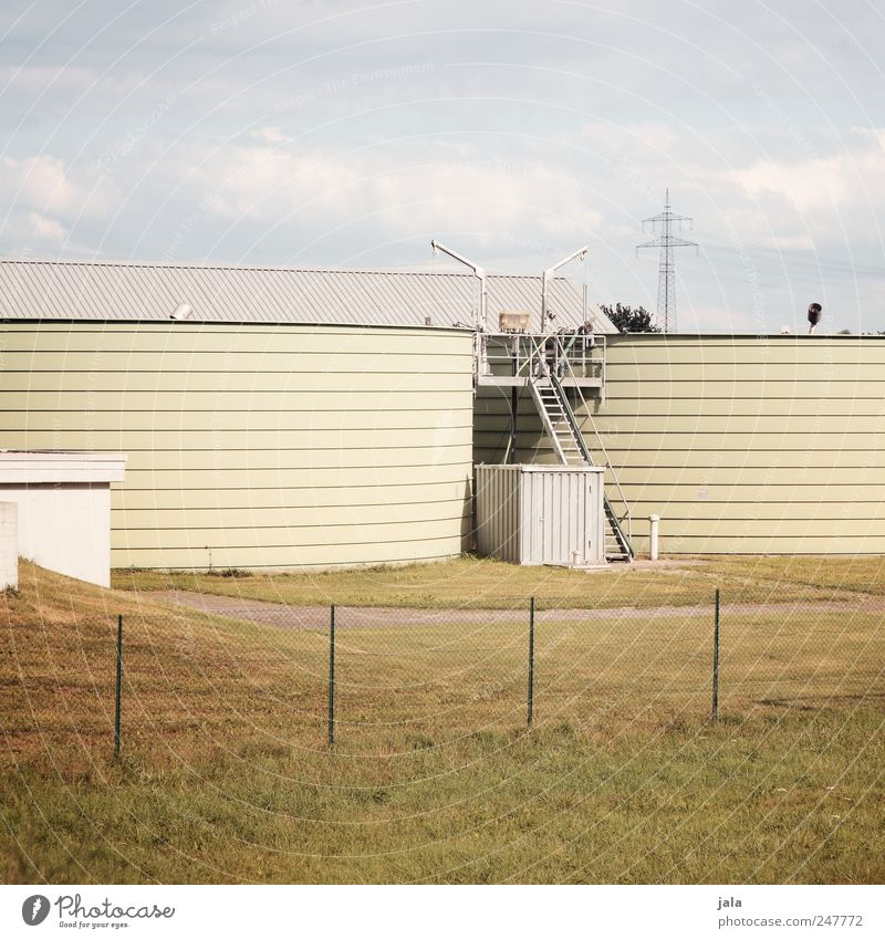 klärwerk Himmel blau weiß gelb Wiese Gebäude trist Bauwerk Industrieanlage Silo Klärwerk