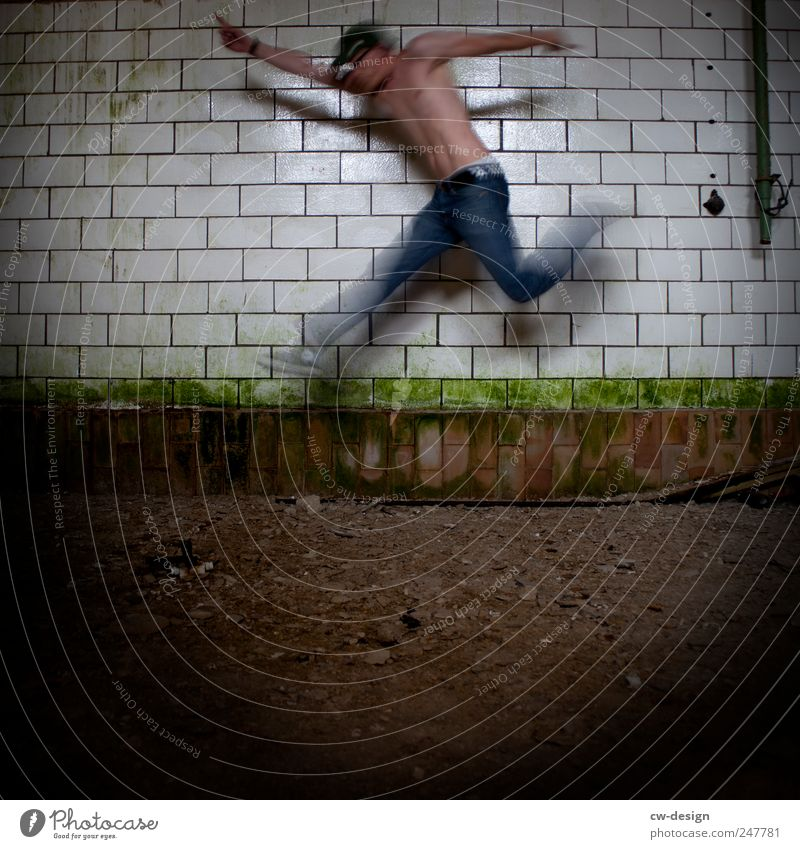 MOVE, MOVE YA Mensch Mann Jugendliche Erwachsene Leben kalt springen braun dreckig elegant maskulin 18-30 Jahre Lifestyle Junger Mann Fitness gruselig