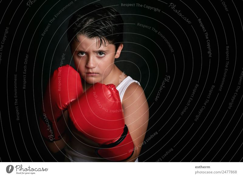 kleiner Junge mit Boxhandschuhen Lifestyle Sport Kampfsport Erfolg Mensch Kind Kindheit 1 8-13 Jahre Fitness Aggression sportlich rebellisch stark Wut Kraft