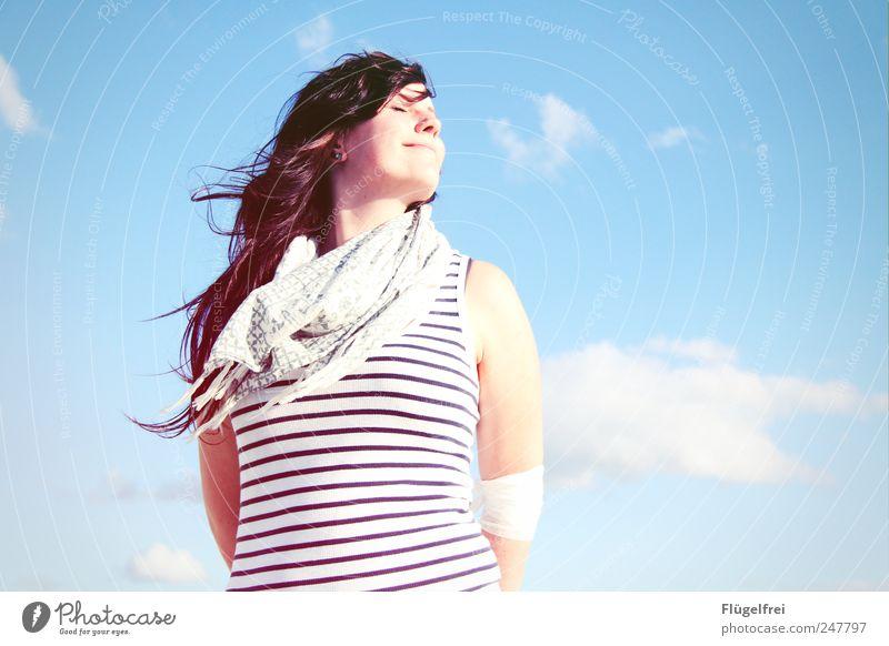 Sommerbrise feminin Junge Frau Jugendliche 1 Mensch genießen Wärme Sonnenlicht Wolken Himmel blau gestreift Schal Haare & Frisuren wehen Wind Zufriedenheit