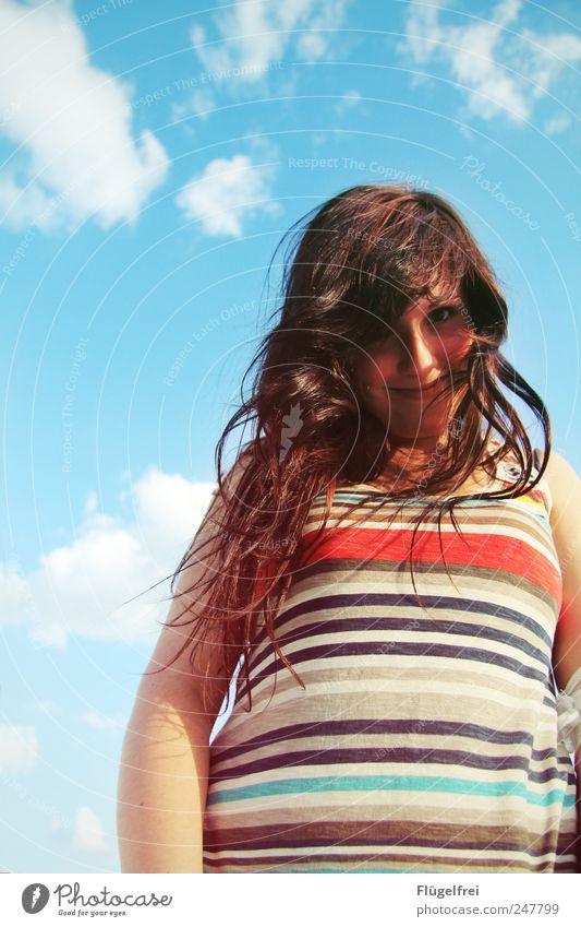 /// feminin Junge Frau Jugendliche Haare & Frisuren 1 Mensch genießen Sommer Sonnenlicht Streifen Freiheit Zufriedenheit Lächeln Wolken Himmel langhaarig