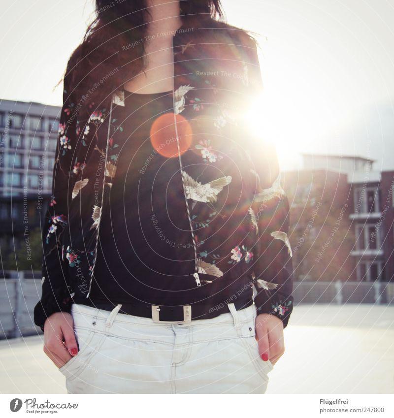 o Frau Himmel Jugendliche Sommer ruhig Haus feminin Wärme Erwachsene Vogel stehen Jacke genießen Tasche Parkhaus 18-30 Jahre