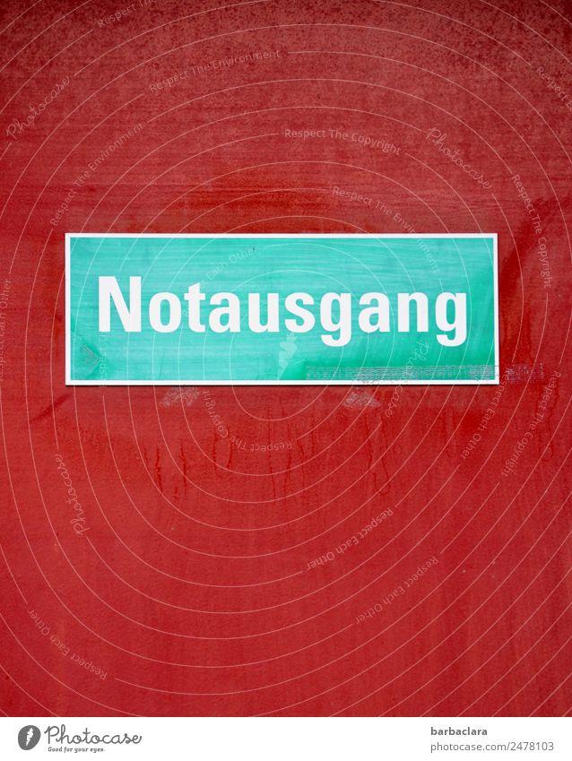 verlassen | bleibt nur noch der Notausgang Mauer Wand Fassade Tür Zeichen Schriftzeichen Hinweisschild Warnschild grün rot Farbe Rettung Schutz