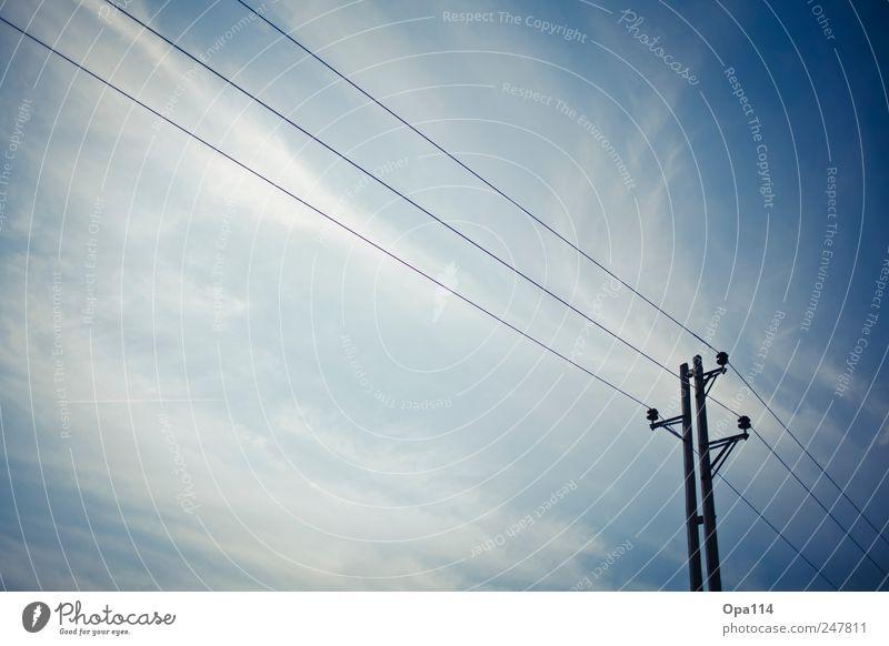 """Stromleitung Himmel Wolken Wetter Unendlichkeit blau weiß Endzeitstimmung Energie Ferne """"Strom Strommast Hochspannung"""" Farbfoto Gedeckte Farben Außenaufnahme"""