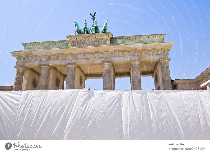Fanmeile again Brandenburger Tor Wahrzeichen Barriere Abdeckung Architektur Berlin Deutschland Hauptstadt langhans Quadriga Viergespann Regierungssitz Spree