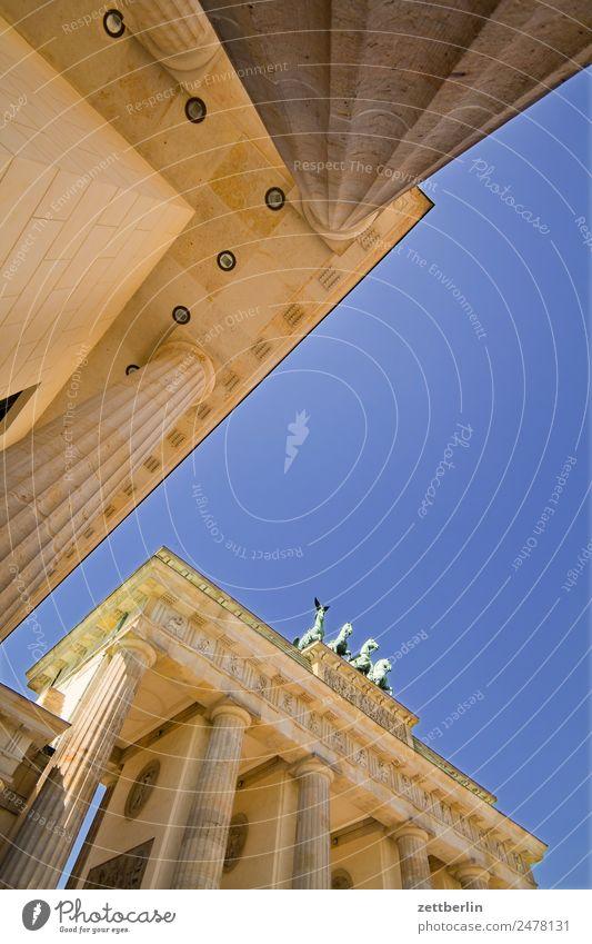 Brandenburger Tor Quadriga Viergespann Architektur Berlin Deutschland Hauptstadt langhans Regierungssitz Spreebogen Säule Wahrzeichen Pariser Platz Himmel