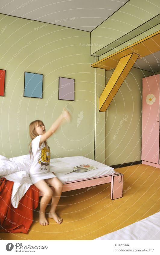 maßnehmen .. Kind Mädchen Kindheit Arme 1 Mensch 3-8 Jahre Künstler Bewegung sitzen mehrfarbig Genauigkeit malen zeichnen abwägen anschauen kreativ Raum wohnen
