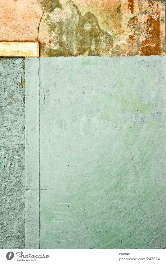 wandflächen Menschenleer Haus Bauwerk Gebäude Mauer Wand Fassade alt kaputt blau grün rot Putz Farbstoff Schimmel Farbfoto Außenaufnahme Textfreiraum links
