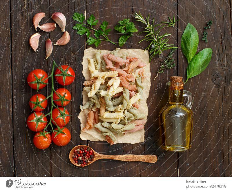 Vollkornnudeln, Olivenöl, Gemüse und Kräuter Vegetarische Ernährung Diät Flasche Tisch Blatt dunkel frisch braun grün rot Tradition Essen zubereiten