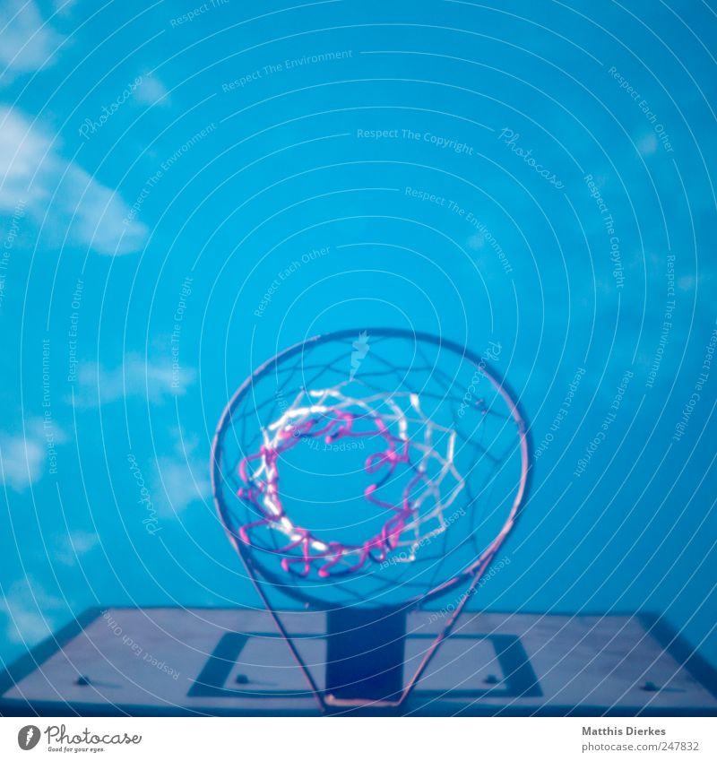 Basketball alt Basketballkorb Sport retro Bewegung Aktion Holzbrett Netz Ballsport üben Himmel Farbfoto Außenaufnahme Menschenleer Textfreiraum oben