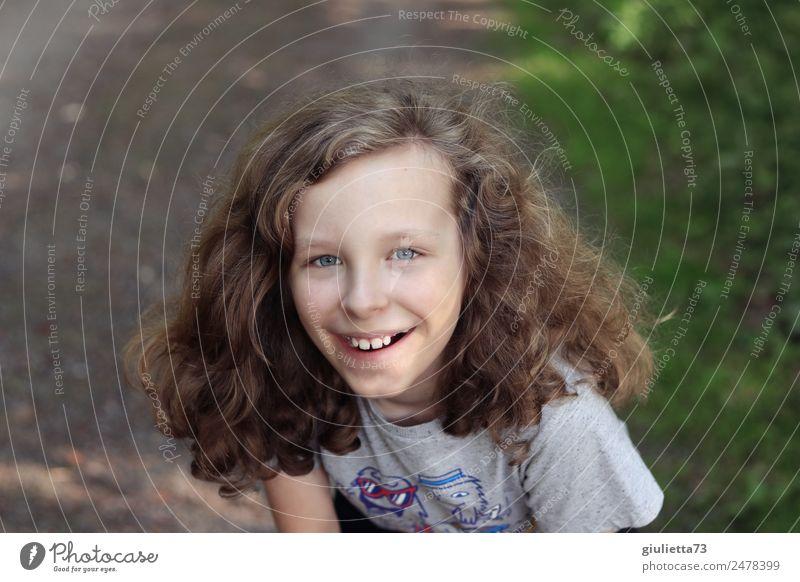 Sommerferien | Fröhlicher, lachender Junge mit langen Haaren Ferien & Urlaub & Reisen Kindheit Leben 1 Mensch 8-13 Jahre Park langhaarig Locken Lächeln Coolness