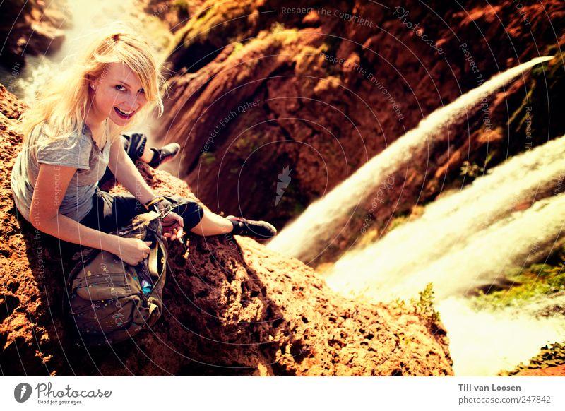 Wasserfälle braucht der Mensch Frau Natur Jugendliche Pflanze Sommer Erwachsene Umwelt Landschaft feminin Gefühle lachen Haare & Frisuren Schuhe blond frei