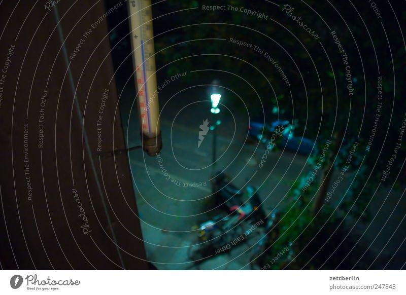 Thermometer Temperatur Außenaufnahme Grad Celsius Fenster Bürgersteig Fußweg Licht Abend Nacht Laterne Straßenbeleuchtung Sommer Parkplatz Fahrradparkplatz