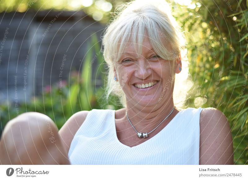 Frau, lachen, Sommer Lifestyle schön Gesundheit Ferien & Urlaub & Reisen Camping Feste & Feiern feminin Erwachsene 1 Mensch 45-60 Jahre Umwelt Natur Pflanze