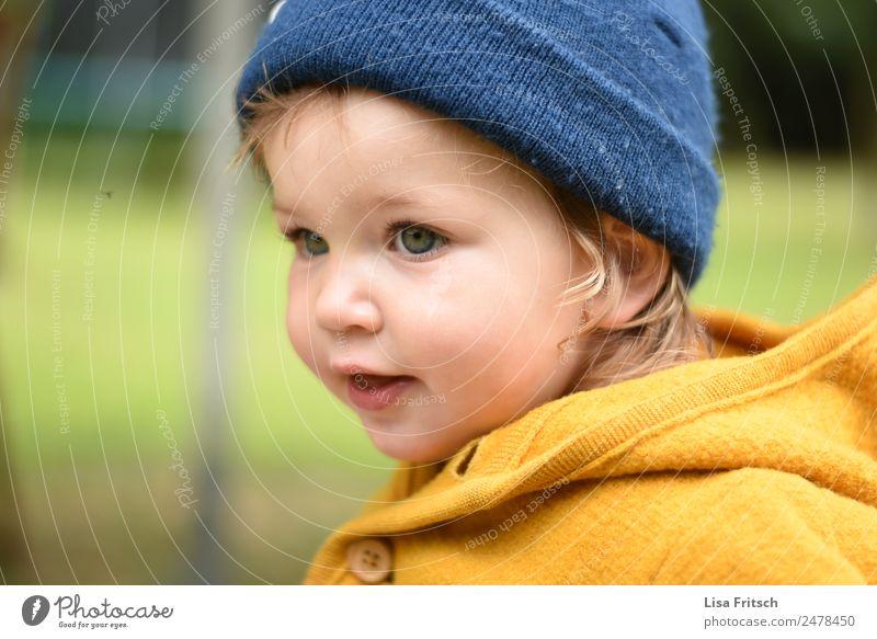 Kleinkind mit Mütze Kindererziehung Mädchen 1 Mensch 1-3 Jahre beobachten Blick natürlich blau gelb Zufriedenheit Freizeit & Hobby Kindheit Konzentration