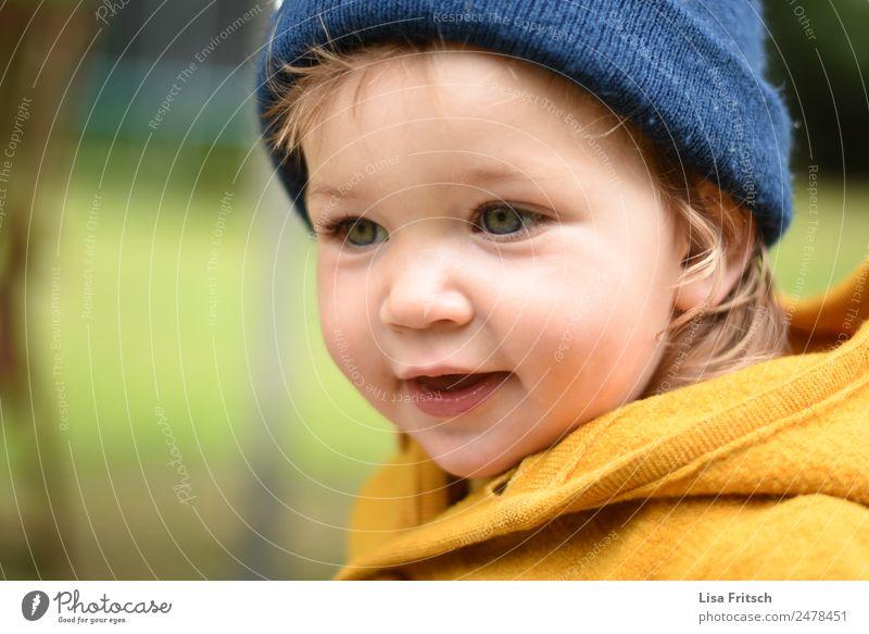 Kleinkind, Mädchen, Mütze Kindererziehung 1 Mensch 1-3 Jahre blond beobachten Lächeln Freundlichkeit Neugier niedlich blau gelb Ferien & Urlaub & Reisen