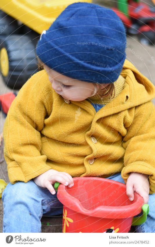 Kind am spielen, Eimer, Mütze Freizeit & Hobby Spielen Sandkasten Ferien & Urlaub & Reisen Kleinkind 1 Mensch 1-3 Jahre Jacke entdecken authentisch blau gelb