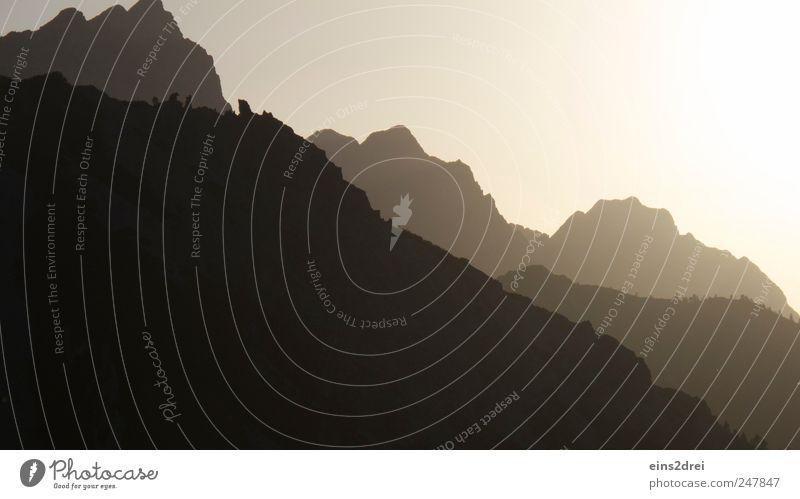 Gebirgssilhouette Natur Ferien & Urlaub & Reisen weiß Erholung Landschaft Ferne dunkel Berge u. Gebirge Stein braun Stimmung Felsen Horizont wild Kraft hoch
