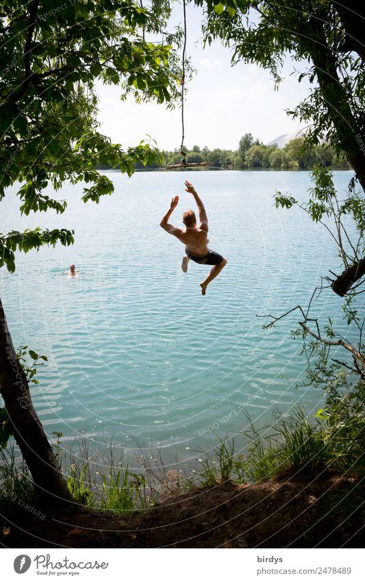 Junge Erwachsene, Jugendliche springen von einem Seil in einen Baggersee Freude Schwimmen & Baden Sommer maskulin Junger Mann Freundschaft 2 Mensch