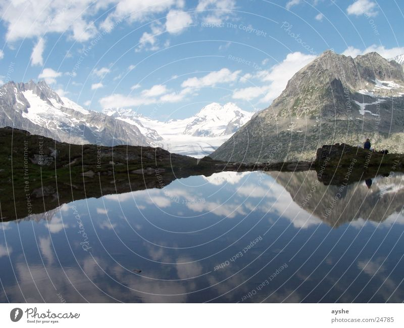 Ruhe und Weite Gebirgssee Gletscher Reflexion & Spiegelung Wolken Landschaft Weitwinkel Aletschgletscher Schweiz Berge u. Gebirge lake mountain mountains