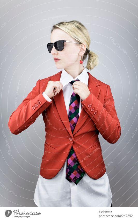 Business as usual Mensch Jugendliche Erholung Arbeit & Erwerbstätigkeit Stil Erwachsene Zufriedenheit elegant Mode Erfolg Lifestyle Coolness Geldinstitut