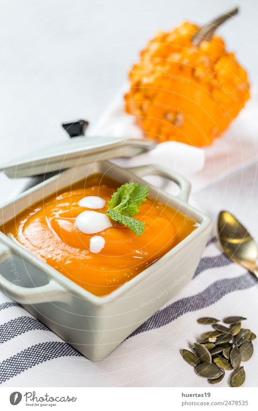 Kürbiscreme in der Schüssel. Lebensmittel Gemüse Suppe Eintopf Mittagessen Abendessen Vegetarische Ernährung Diät Teller Schalen & Schüsseln Löffel Gesundheit