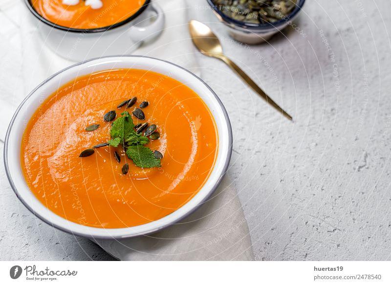 Kürbiscreme in der Schüssel. Lebensmittel Gemüse Suppe Eintopf Abendessen Vegetarische Ernährung Diät Teller Schalen & Schüsseln Löffel Gesundheit