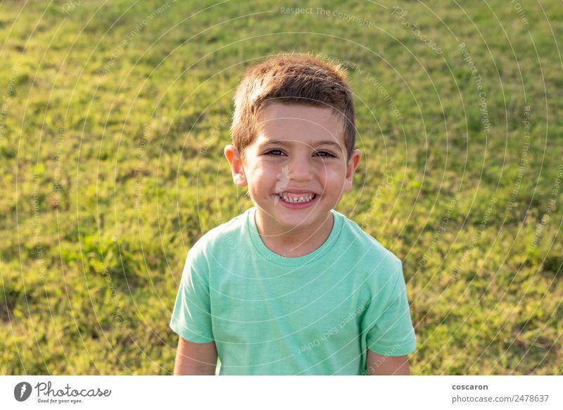 Nahaufnahme Porträt eines bezaubernden, süßen Kindes auf dem Sommerfeld Lifestyle Freude Glück schön Gesicht Sonne Garten Mensch Baby Kleinkind Junge Mann