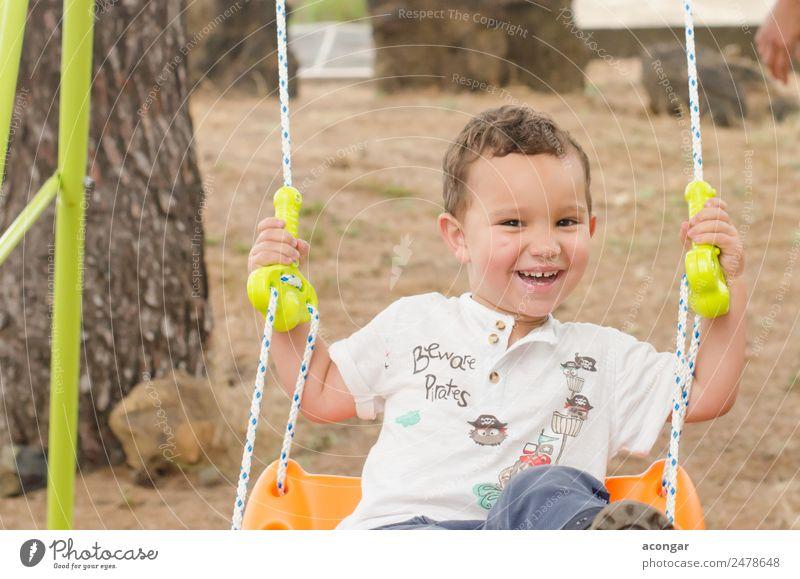 Kleiner Junge von 2 Jahren, sehr lächelnd, auf einer Schaukel sitzend. Lifestyle Glück Sommer Mensch maskulin Kind Kindheit Gesicht 1 1-3 Jahre Kleinkind