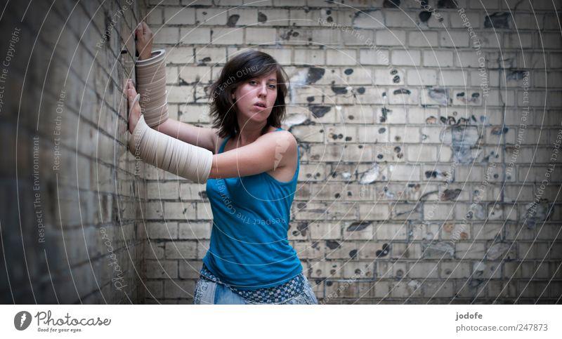 Endstation Mensch Jugendliche feminin Wand Bewegung Wege & Pfade Erwachsene Angst gefährlich Schutz festhalten Todesangst Verzweiflung Platzangst anstrengen