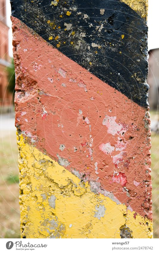 Grenzüberschreitung | Grenzpfahl Zeichen Schilder & Markierungen nah gold rot schwarz Grenze Deutsche Flagge Farbfoto mehrfarbig Außenaufnahme Nahaufnahme