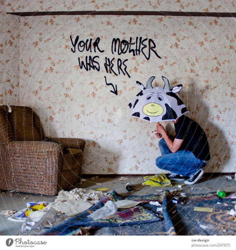 HOW I MET YOUR MOTHER Mensch Jugendliche Freude Einsamkeit Erwachsene Wand Graffiti Mauer Kunst Raum Freizeit & Hobby Wohnung dreckig warten maskulin