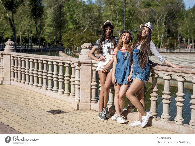 Drei wunderschöne junge Mädchen Mensch feminin Junge Frau Jugendliche Erwachsene Freundschaft Körper 3 13-18 Jahre Pflanze Schönes Wetter Baum Park Mode Hut