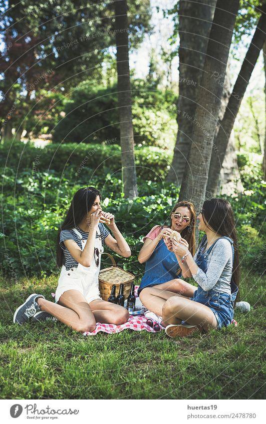Drei wunderschöne junge Mädchen Mensch feminin Junge Frau Jugendliche Erwachsene Freundschaft 3 13-18 Jahre Pflanze Schönes Wetter Baum Park Mode Hut genießen