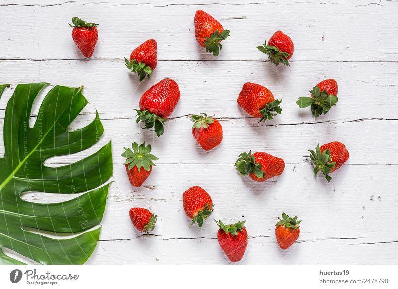 grün rot Gesundheit natürlich Holz Lebensmittel Textfreiraum Frucht frisch Tisch Gemüse Sammlung reif Diät Vegetarische Ernährung Erdbeeren