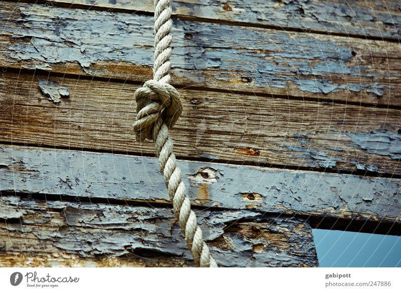 Knotenpunkt Fischerboot Wasserfahrzeug Seil Schiffsplanken Holz alt kaputt blau braun Verfall Vergangenheit Vergänglichkeit Wandel & Veränderung Lack abblättern
