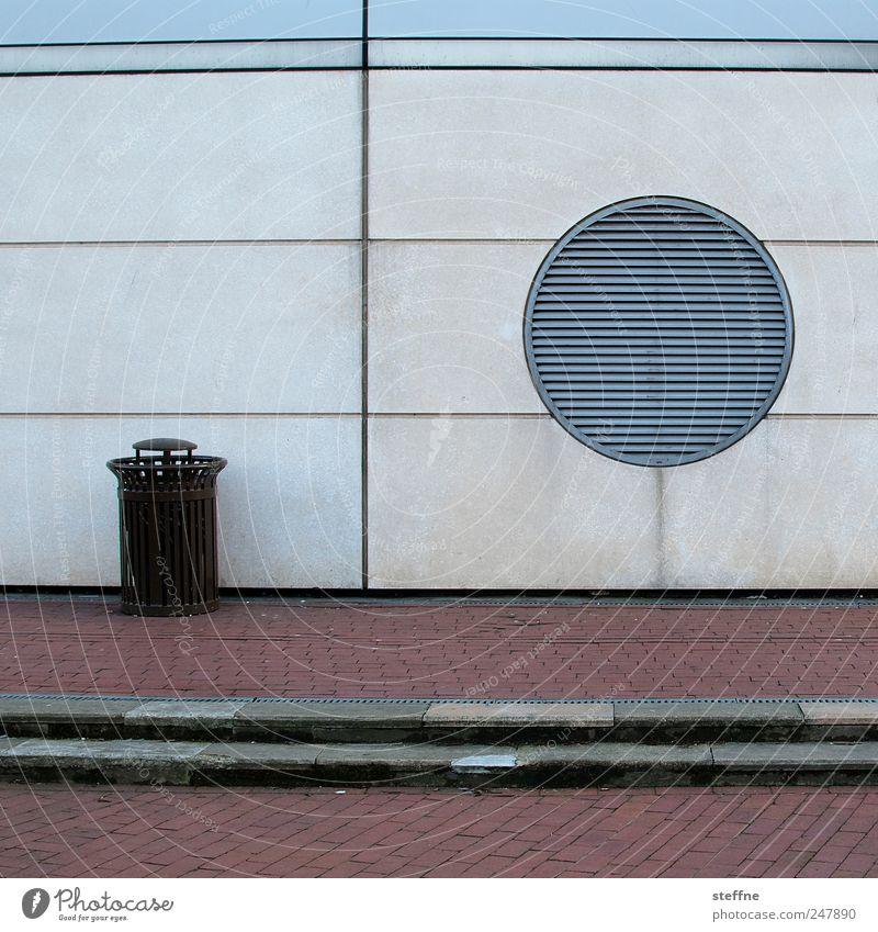 Kontrapunkt Wand Architektur Gebäude ästhetisch trist Kreis graphisch Müllbehälter Pflasterweg Lüftungsschlitz