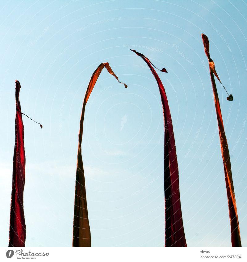 Der Wind ist die älteste Stimme der Welt 4 Mensch Himmel Wetter Herz Fahne hoch lang rot Balifahne Tempelfahne schmal unübersehbar flattern wehen Farbfoto