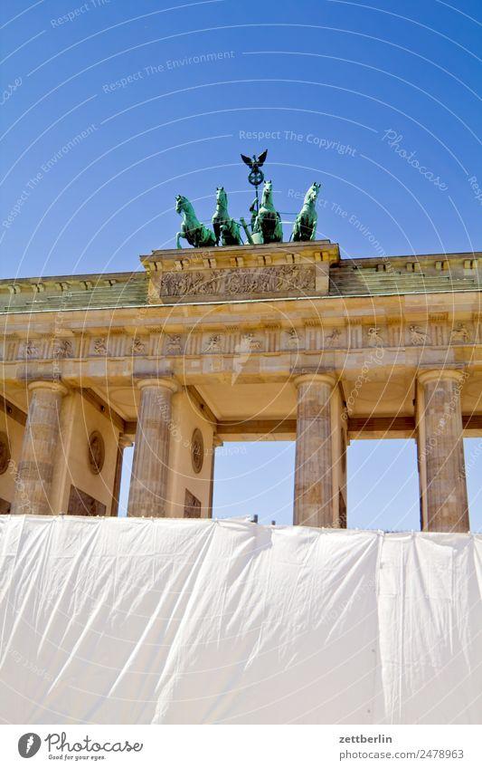 Fanmeile Barriere Architektur Berlin Brandenburger Tor Deutschland Hauptstadt langhans Quadriga Viergespann Regierungssitz Spree Spreebogen Säule Zaun Abdeckung
