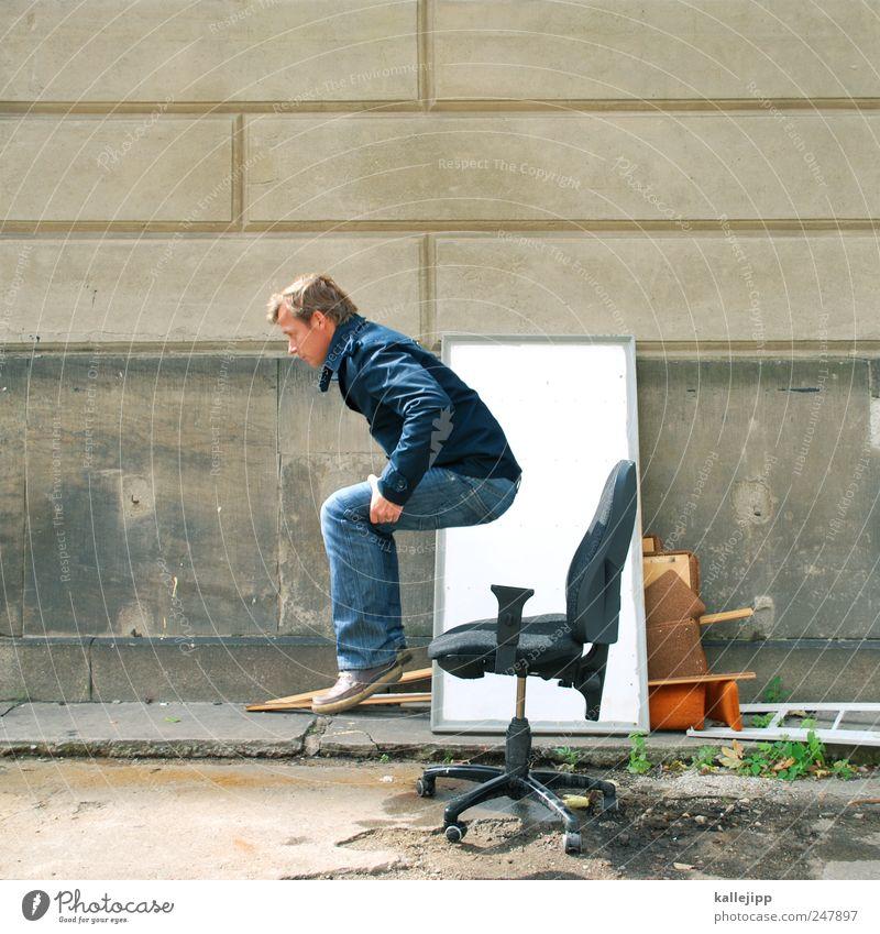 hire and fire Mensch Mann springen Erwachsene Denken Arbeit & Erwerbstätigkeit Schuhe sitzen Erfolg maskulin Luftverkehr Stuhl Jeanshose Beruf Kreativität Jacke