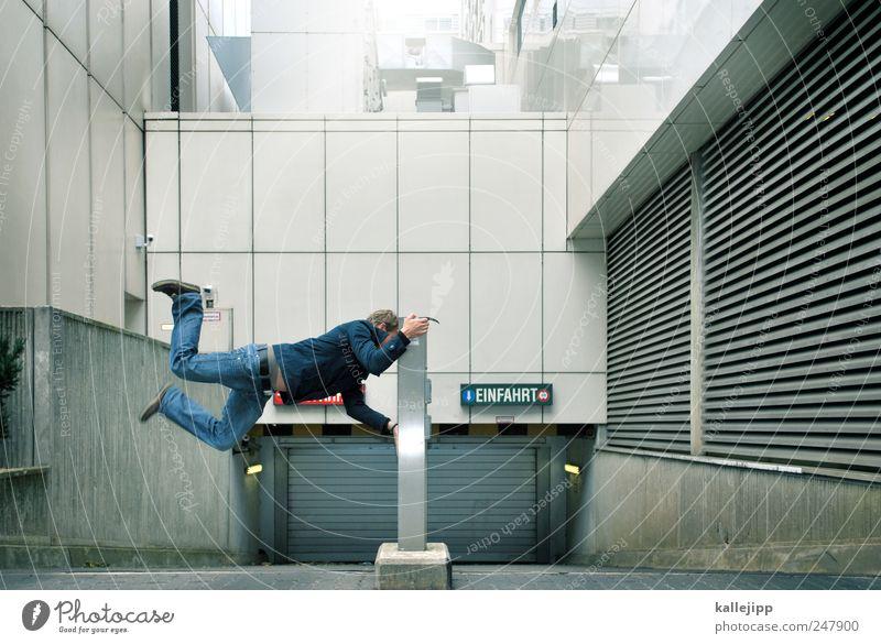 schrankenwärter Mensch Mann Haus Erwachsene Straße Architektur springen Gebäude Tür Schilder & Markierungen maskulin Verkehr Hochhaus Schriftzeichen stoppen