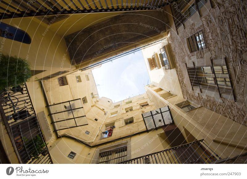 Loch Lifestyle Häusliches Leben Himmel Barcelona Spanien Stadt Haus Gebäude Architektur Mauer Wand Fassade Hinterhof Innenhof groß hoch Perspektive