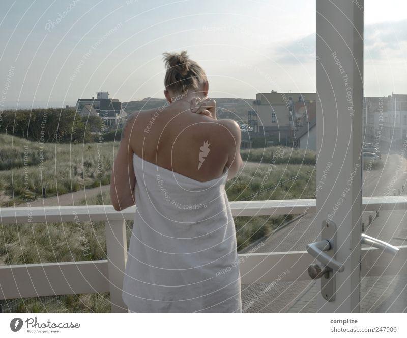 Balkon Frau Ferien & Urlaub & Reisen Erwachsene Erholung Leben Zufriedenheit Junge Frau Wellness Neugier Aussicht Gelassenheit Balkon Wohlgefühl harmonisch Handtuch wach