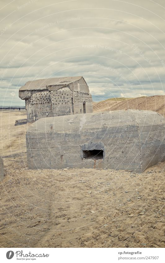 Bunkeridylle 1 Strand dunkel Landschaft Küste Nordsee Bauwerk schlechtes Wetter eckig Dänemark Bunker